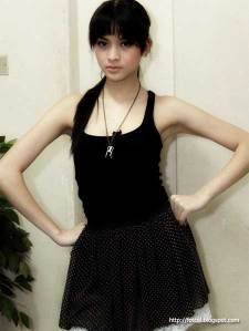 Gambar Pose Sexy Donita in Black Tank tops