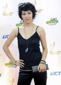 Photo Sherina look very Beautiful with Black Tanktops